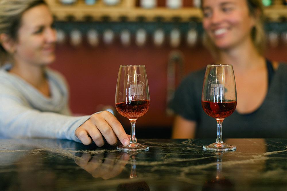 <h4>Servez des vins locaux</h4>  <p>Des vins issus de r&eacute;coltes locales&nbsp;: rien de plus simple et rapide &agrave; offrir &agrave; vos clients!</p>